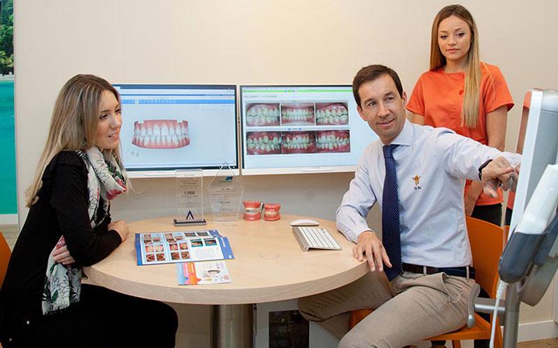 Dr. Carlos explicando tratamiento